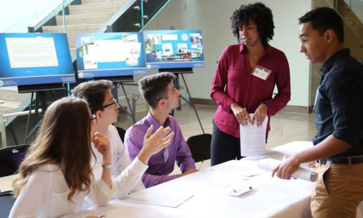 Studierende der Syracuse University nehmen an einer Simulation des U.S. Diplomacy Center teil.