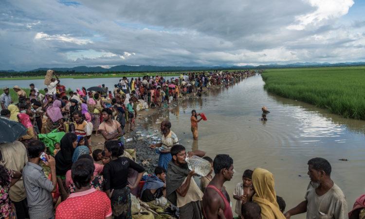 Hunderte Menschen am Fluss (Foto: Stringer/Anadolu Agency/Getty Images)