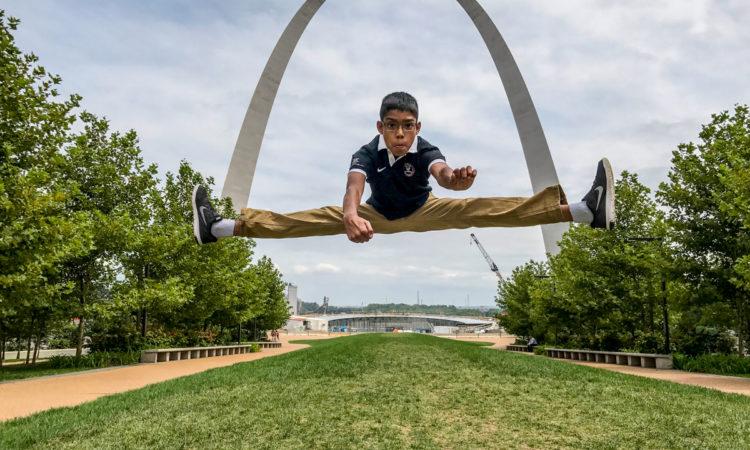 Reuben Paul im Grätschsprung vor dem St. Louis Gateway Arch (Foto: Mano Paul)