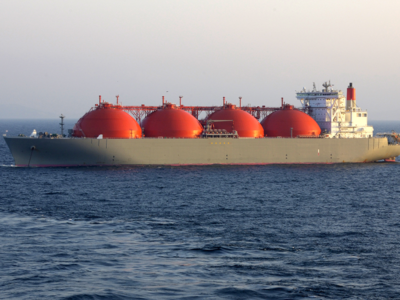 Wussten Sie, dass Erdgas auf speziell dafür entworfenen Schiffen als Flüssiggas (liquified natural gas - LNG) transportiert wird? LNG ist Erdgas, das durch Abkühlung auf -162 Grad Celsius verflüssigt wird. Flüssigerdgas hat nur ein Sechshundertstel des Volumens von gasförmigem Erdgas.