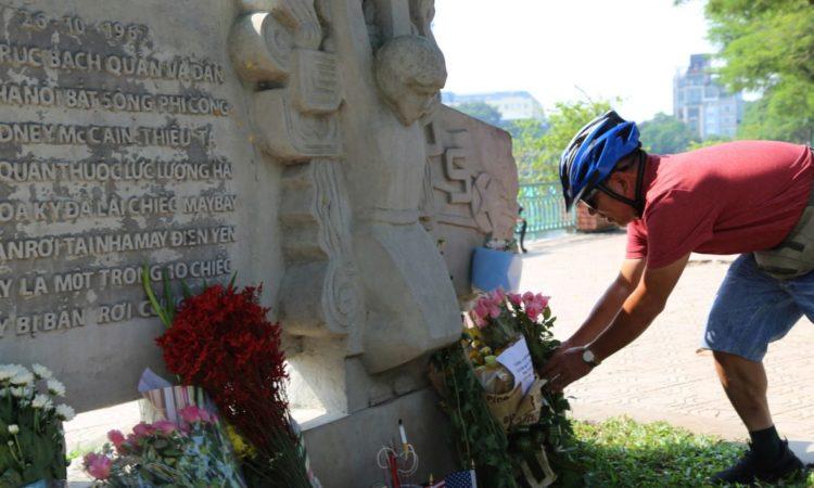 Mann legt Blumen an Denkmal nieder (Foto: Tran Van Minh/AP Images)