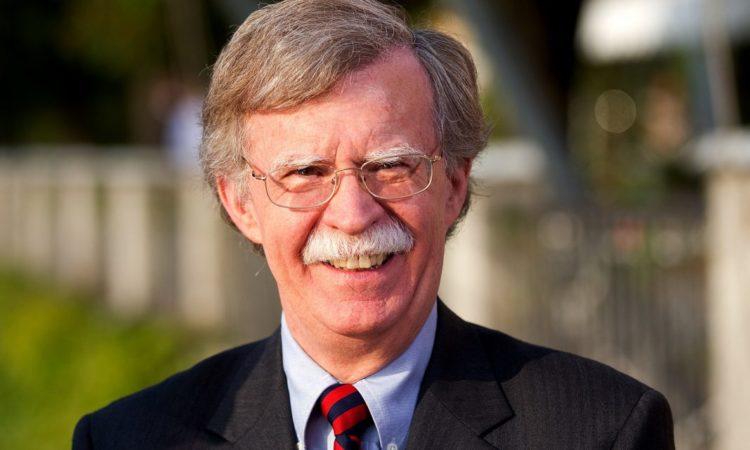Porträt von John Bolton im Freien (Foto: Simon Dawson/Bloomberg/Getty Images)