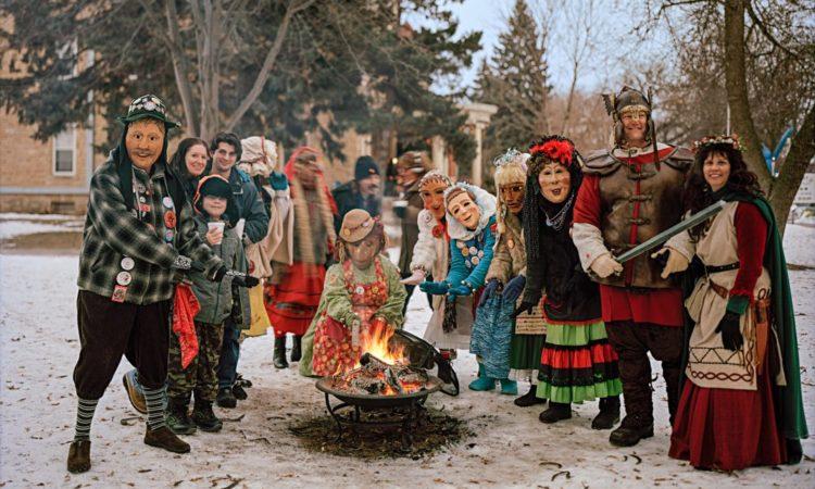 Kostümierte Menschen im Schnee an einem Lagerfeuer (Foto: Erika Larsen/National Geographic Creative)