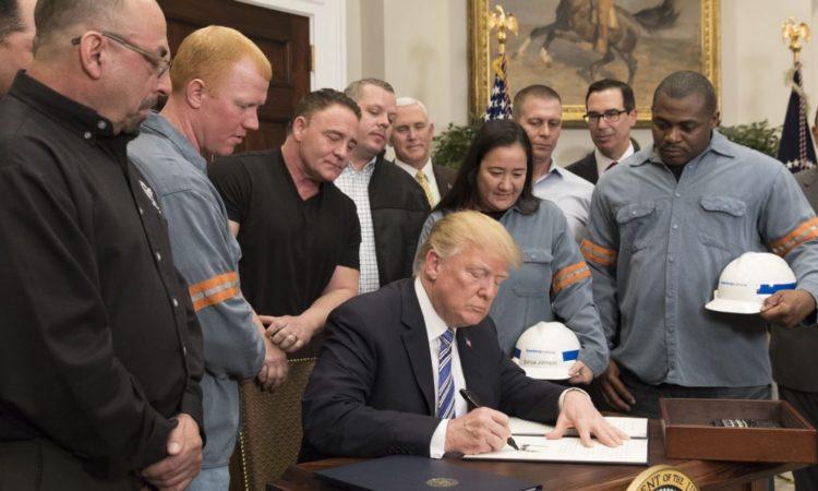 US-Präsident Donald Trump setzt am 8. März im Oval Office seine Unterschrift unter die Proklamationen über Stahl- und Aluminiumimporte. (Foto: Weißes Haus)