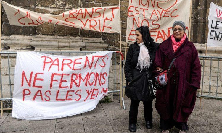 """Saliha Ben Ali (rechts) ruft zusammen mit einer anderen Mutter Eltern dazu auf, belgische Jugendliche davon abzuhalten, in Syrien zu kämpfen. Auf dem Banner links unten steht: """"Eltern, lasst uns die Augen nicht verschließen."""" (Foto: Laurent Dubrule /Reuters)"""