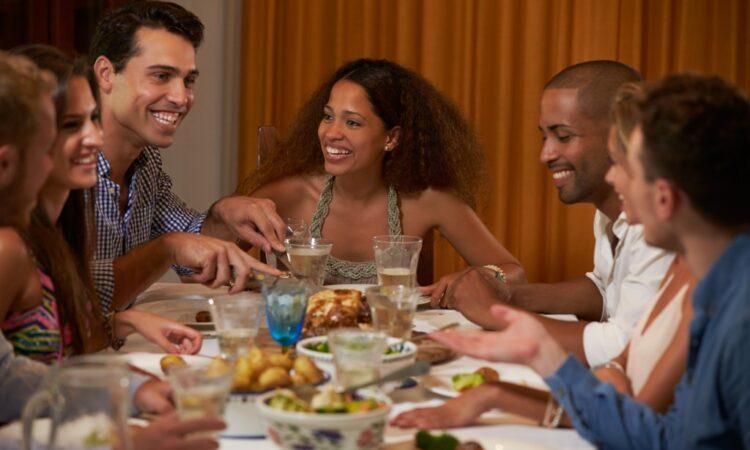 Studierende essen an Thanksgiving gemeinsam