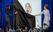 Die ehemalige First Lady Michelle Obama und die Malerin Amy Sherald (rechts) enthüllen am 12. Februar 2018 in der Nationalen Porträtgalerie des Smithsonian-Museums in Washington das offizielle Porträt von Michelle Obama