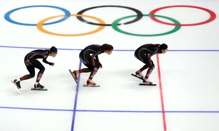 Drei Eisschnellläuferinnen vor den olympischen Ringen (Foto: Ronald Martinez/Getty Images)