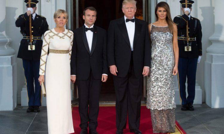 Präsident Macron und Präsident Trump stehen mit ihren Ehefrauen auf einem rotem Teppich vor dem Weißen Haus (Foto: Saul Loeb/AFP/Getty Images)