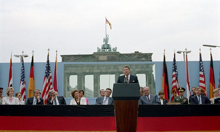 Reagan am Rednerpult spricht vor Brandenburger Tor