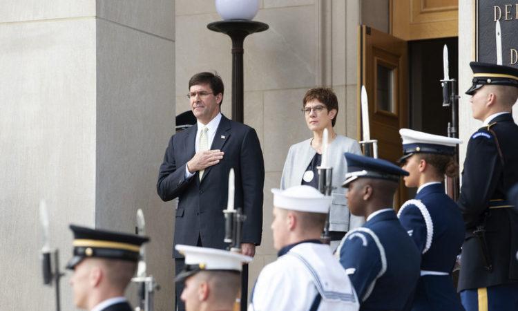 US-Verteidigungsminister Dr. Mark T. Esper mit Bundesverteidigungsministerin Annegret Kramp-Karrenbauer (Foto: US-Verteidigungsministerium, Lisa Ferdinando)