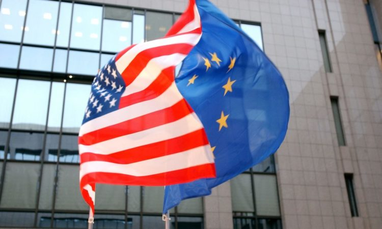 US-Flagge und EuropaflaggeFoto: Ständige Vertretung der Vereinigten Staaten bei der EU