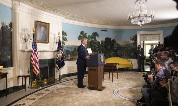 US-Präsident Trump am Rednerpult im Weißen Haus