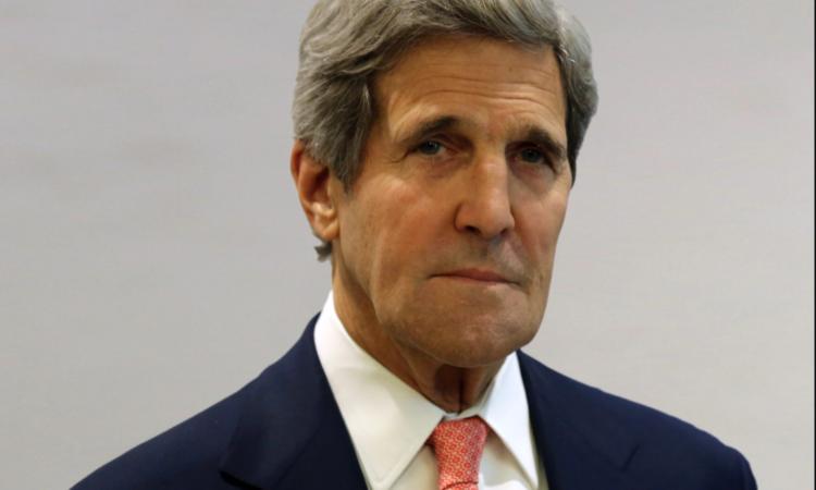 John Kerry vor einfarbigem Hintergrund