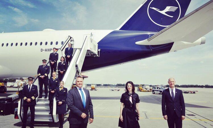 Flugzeug-Heck mit Treppe und Personen
