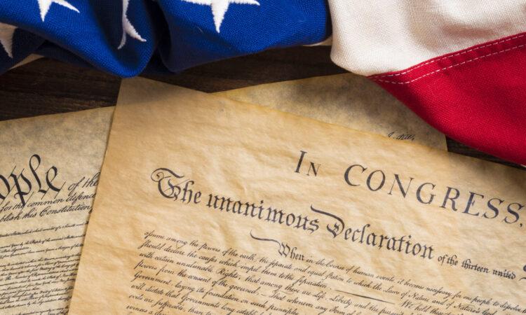 Flaggen mit Unabhängigkeitserklärung und Verfassung