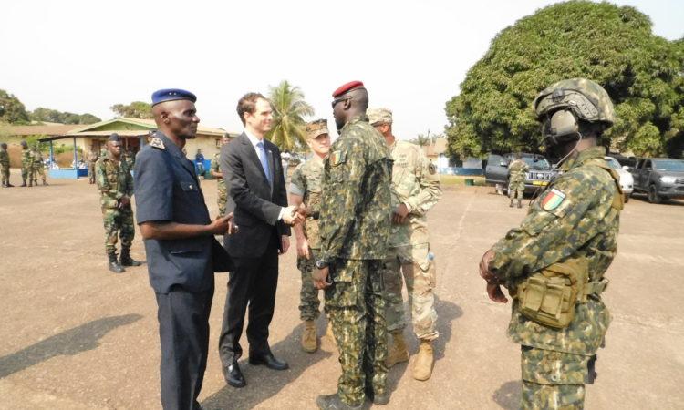 Le Premier Conseiller de l'Ambassade Andu Besmer, salue le Commandant des Forces Spéciales de Guinée
