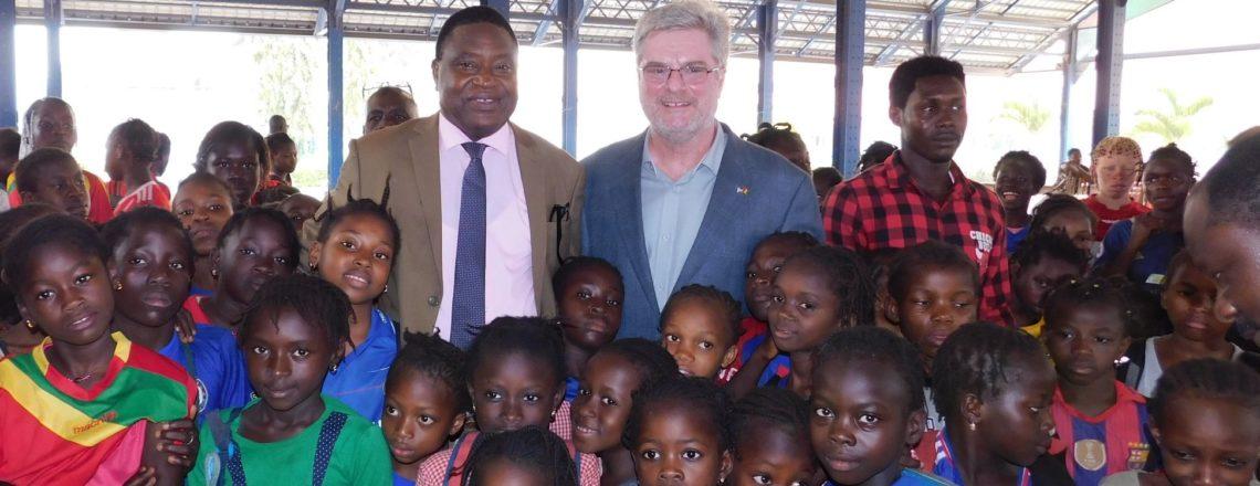 L'Ambassadeur Simon Henshaw Préside le Don de Chaussures de Sport «TOMS»