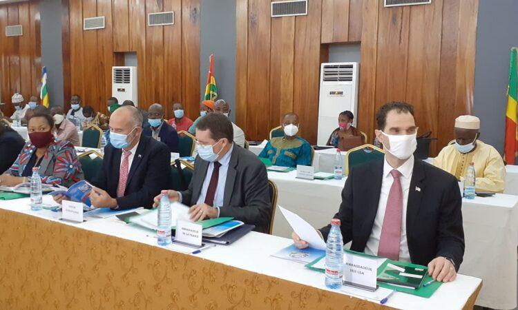 Le Chargé d'Affaires de l'Ambassade des Etats-Unis, Mr. Audu Besmer (premier à partir de la droite), était parmi plusieurs diplomates étrangers qui ont participé à cette rencontre.
