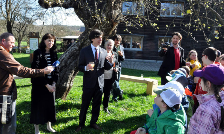 Ambassador Andrew Schapiro raises a glass of apple cider to toast International Earth Day with fifth-graders from the local school. (photo U.S. Embassy Prague)