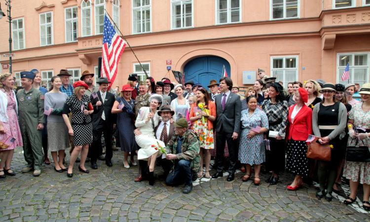 Zaměstnanci velvyslanectví přivítali Konvoj osvobození v dobových kostýmech. (foto Velvyslanectví USA)