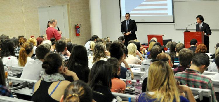 Velvyslanec Schapiro diskutuje o klíčových politických a ekonomických otázkách se studenty Univerzity Tomáše Bati ve Zlíně. (Velvyslanectví USA v Praze)