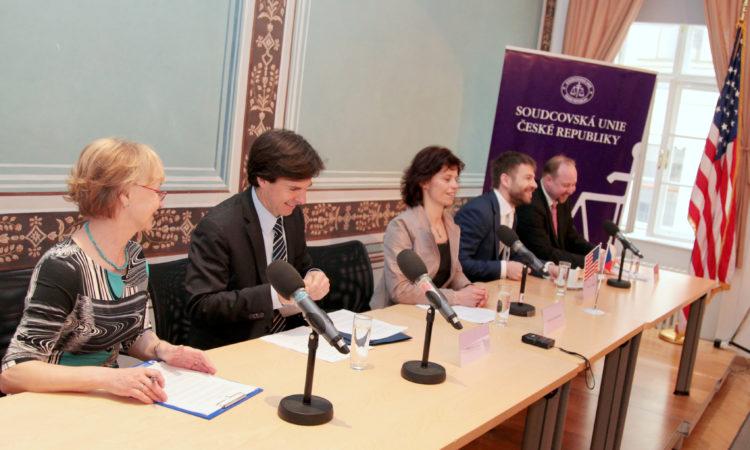 Zleva: velvyslanec Schapiro, předsedkyně Soudcovské unie Zemanová, ministr spravedlnosti Pelikán a předseda Ústavně právního výboru Poslanecké sněmovny Tejc.