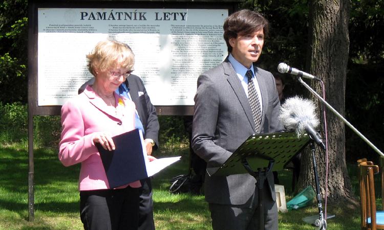 Velvyslanec Schapiro hovoří na pietním aktu k uctění památky romských obětí holocaustu 13. května 2015. (foto Velvyslanectví USA)