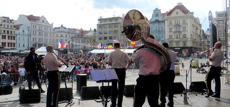 """Dixilandová kapela americké armády """"Rhine River Ramblers,"""" hraje na plzeňském náměstí Republiky . (foto Velvyslanectví USA)"""