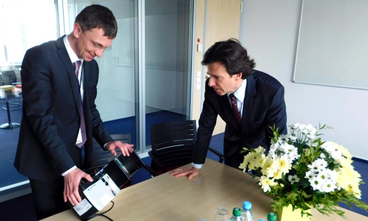 Velvyslanec Andrew Schapiro a Jan Bezdíček, ředitel společnosti Rockwell Automation v České republice (foto U.S. Embassy Prague)