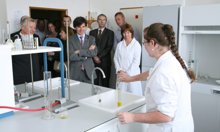 Velvyslanec Andrew Schapiro sleduje chemický pokus v laboratoři Reálného gymnázia a ZŠ města Prostějova. (foto Lukáš Andrýsek)