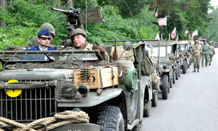 """Major Adam Knox se zúčastnil 24. června 2015 vzpomínkové jízdy historických vozidel """"240 MIL KE SVOBODĚ"""". (foto Velvyslanectví USA)"""