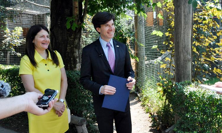 Velvyslanec Andrew Schapiro se svou ženou Tamar Newberger přebírají u voliéry orla bělohlavého adopční listinu. (foto Velvyslanectví USA)