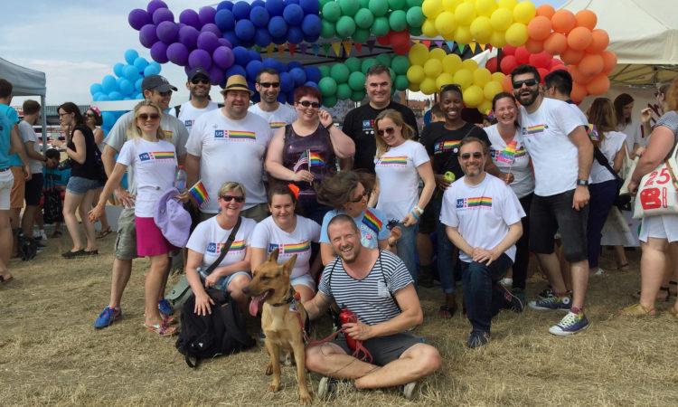 Tým Velvyslanectví USA se zúčastnil pochodu Prague Pride.