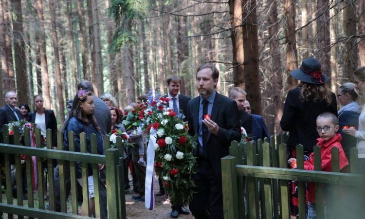ví Nathan Webber pokládá věnec u památníku romských obětí v koncentračním táboře v Hodoníně u Kunštátu. (foto Muzeum romské kultury)