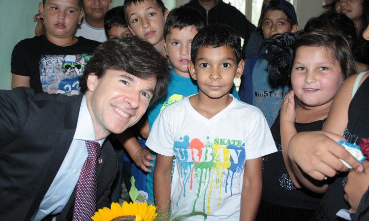 Velvyslanec Andrew Schapiro se setkal při své návštěvě Jihlavy s dětmi z nízkoprahového klubu ERKO. (foto Velvyslanectví USA v Praze)