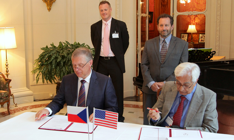 Slavnostní podpis dohody mezi americkým The Nonwovens Institute při Univerzitě v Severní Karolíně a českým Ústavem pro nanomateriály, pokročilé techologie a inovace Technické univerzity v Liberci. (foto Velvyslanectví USA)