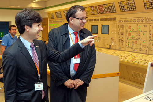 Ambassador Andrew Schapiro and Czech Industry Minister Jan Mladek tour the Temelin nuclear power plant on November 8, 2014. (photo CEZ)