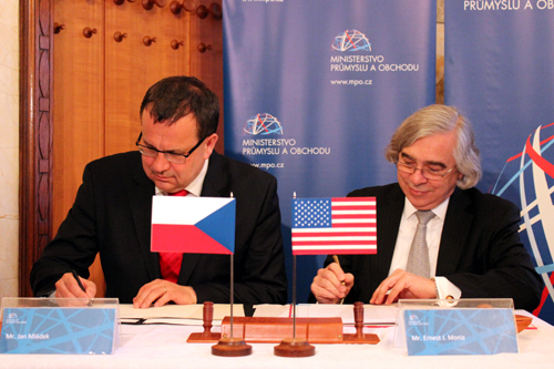 U.S. Energy Secretary Ernest Moniz signs a Nuclear Research and Development Agreement with Minister of Industry and Trade, Jan Mladek, March 26, 2014. (photo Ministry of Industry and Trade)