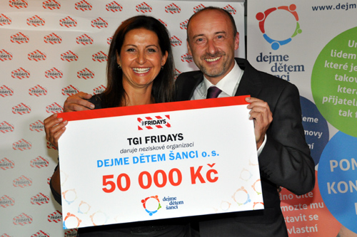Petr Vlastník of T.G.I. Friday's presents a cheque for 50 000 to Michaela Chovancová, director of the foundation LET´S GIVE THE CHILDREN A CHANCE in TGI Friday's branch Na Příkopě on September 30, 2014. (photo U.S. Embassy Prague)
