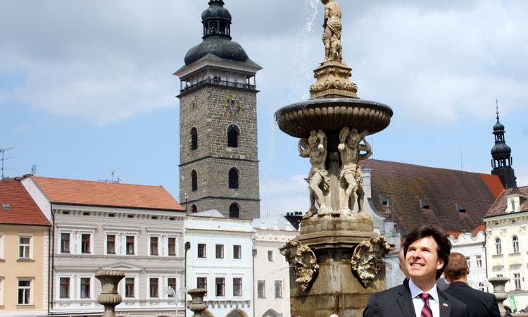 Velvyslanec Andrew Schapiro si prohlédl 11. května 2016 historické centrum Českých Budějovic.