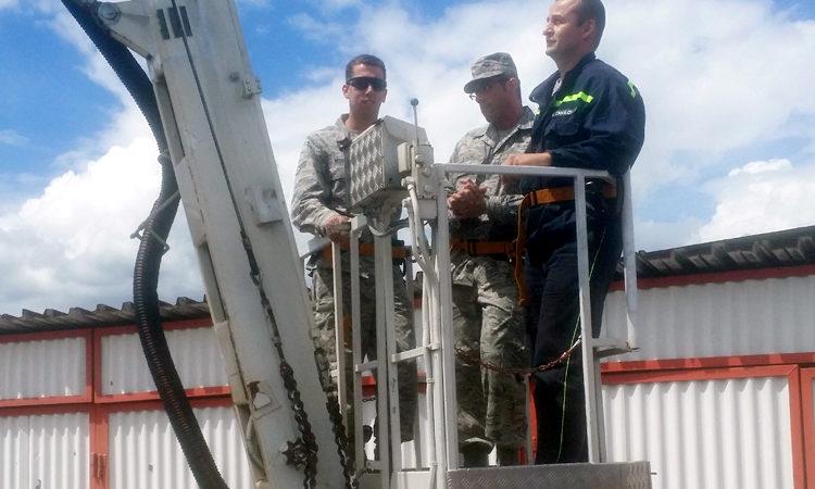 Američtí hasiči vzdušných sil z Nebrasky na vojenském letišti v Praze-Kbelích.