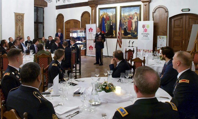 Ambassador Andrew Schapiro and U.S. military commander in Europe Ben Hodges attended a dinner in Cesky Krumlov on November 21 in remembrance of the U.S. army's Thanksgiving Day dinner in 1945.