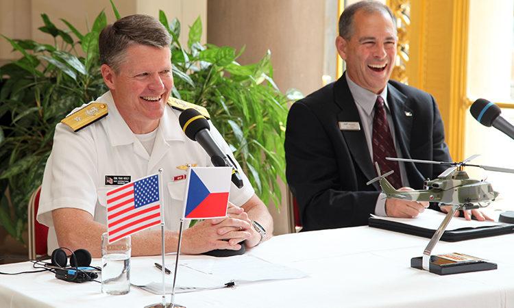 Americký náměstek ministra námořnictva Francis Morley a viceprezident Bellu Rich Harris na tiskové konferenci v Praze.