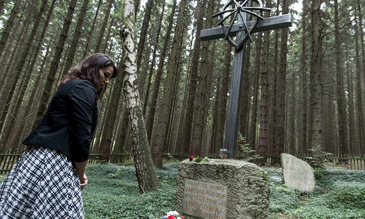Julianne Parker, political officer for human rights of the U.S. Embassy, laid a wreath on behalf of the American people at the memorial in Hodonin u Kunstatu.