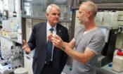 Velvyslanec King navštívil Ústav organické chemie a biochemie AV ČR