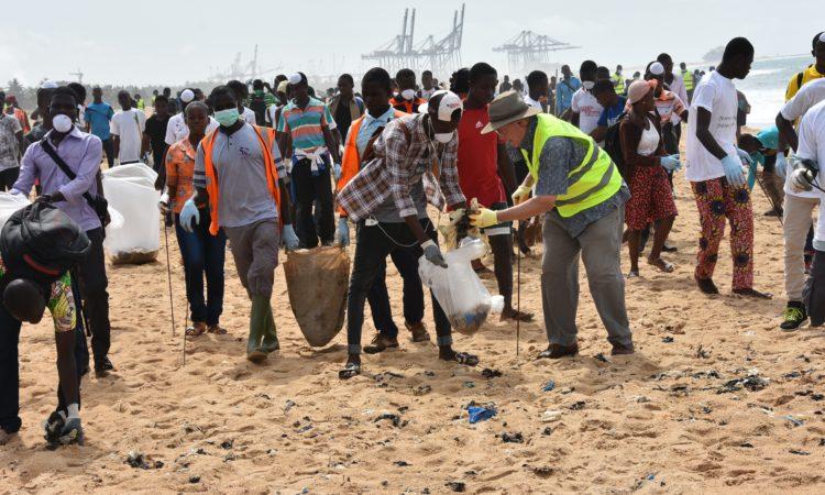 Ambassadeur Gilmour pendant le nettoyage de la plage