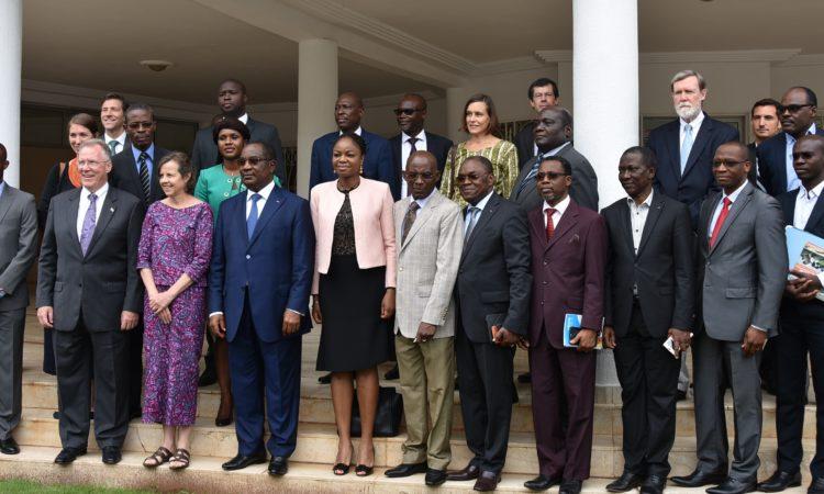 Photo de famille Ambassadeur Gilmour Premier Ministre Togolais Thomas Kelly vice President Morgan Grace Directrice pour le Togo et les deux délégations MCC et du Togo