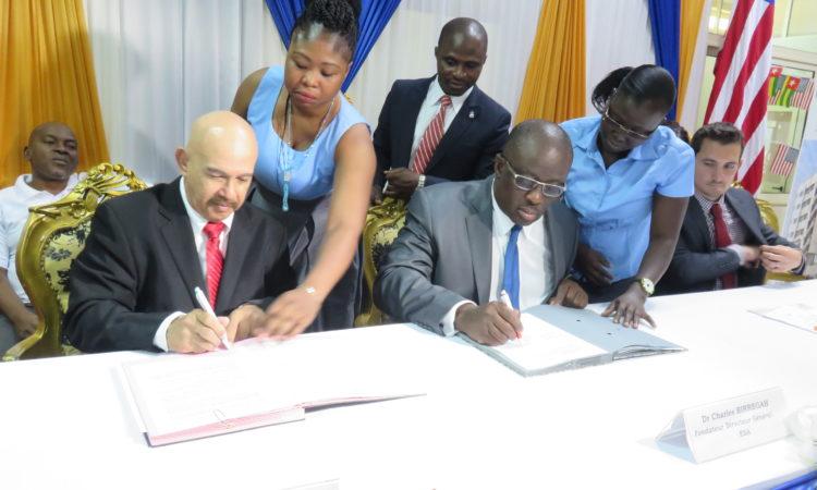 Dr. Steven Edmond de l'Université Huston-Tillotson et Dr. Charles Birregah de ESA posant la signature du partenariat