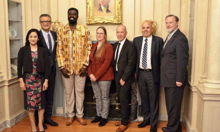 Américano-togolais co-fondateurs d'Alaffia, Olowo-N'Djo Tchala pose avec quelques sous secrétaires du Département d'Etat